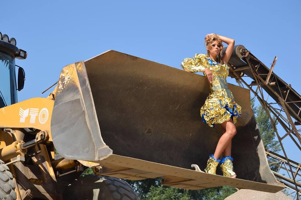 alin lazar rochie din folie de aluminiu3