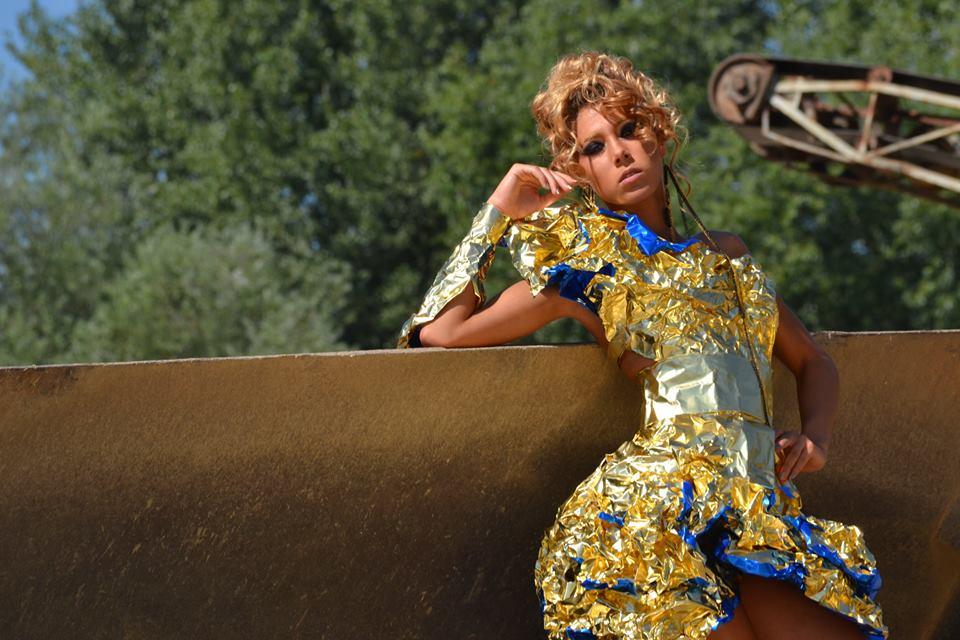 PREMIERĂ la Cluj! Un designer clujean a realizat o rochie din folie de aluminiu, direct pe model!