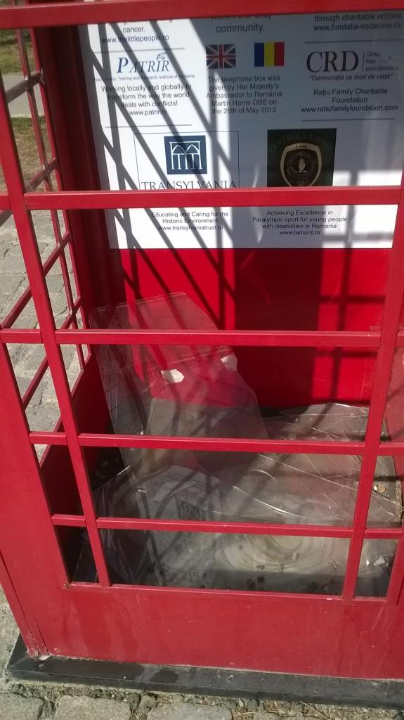 cabinatelefonicalondoneza vandalizata cluj (2)