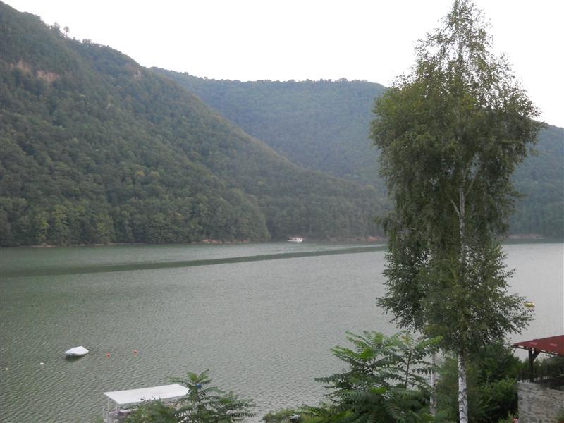Cabanele și vilele de vacanță de la Tarnița și Someșul Rece, verificate după ce un șmecher a fost surprins deversându-și dejecțiile în lac