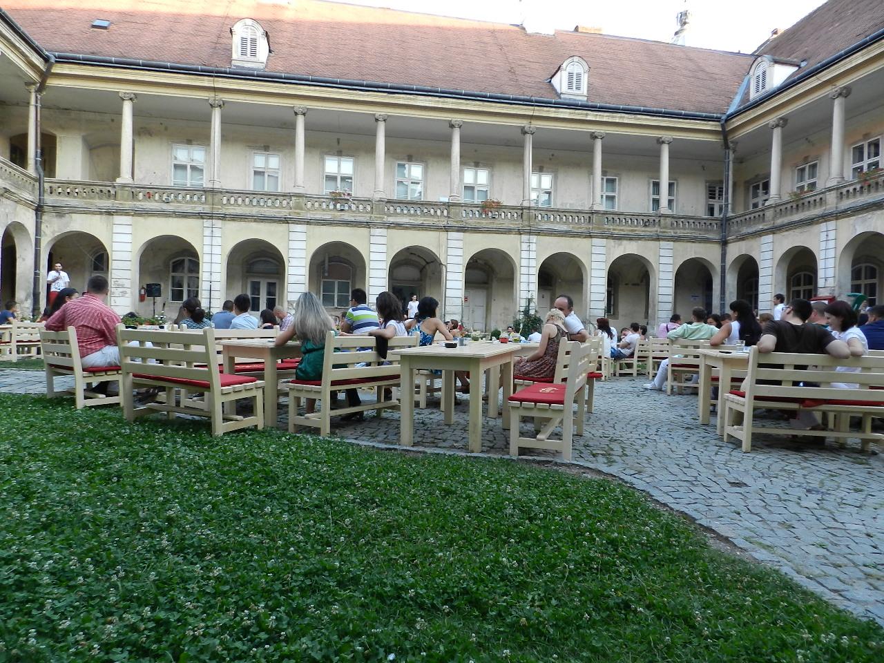 """Terasa """"La Palat"""" din curtea Muzeului de Artă, suspendată temporar după o vizită de la ANAF și Sanepid"""