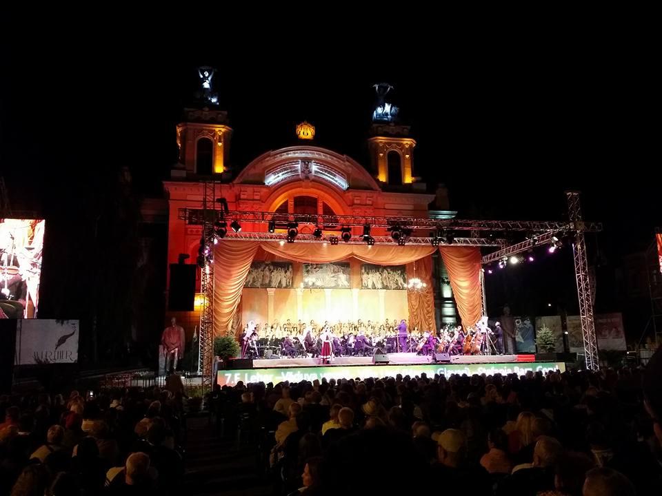 Sute de melomani la spectacolul în aer liber oferit de Opera Națională Cluj cu ocazia deschiderii noii stagiuni