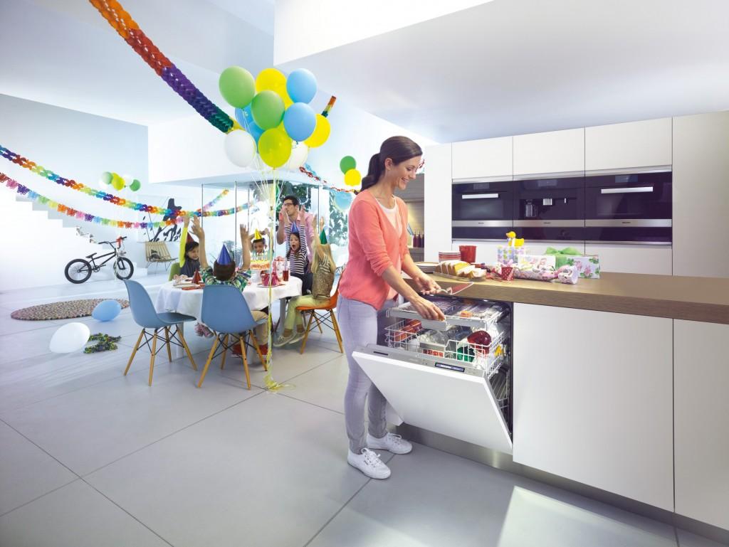 Wie lässt sich in Küchen mit komplett grifflosen Fronten ein vollintegrierter Geschirrspüler öffnen? Die Antwort von Miele heißt: Knock2open.