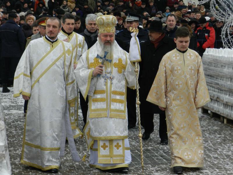Mii de clujeni au asistat la slujba de Bobotează de la Catedrala Mitropolitană! Peste 15.000 de sticle cu aghiasmă au fost împărţite