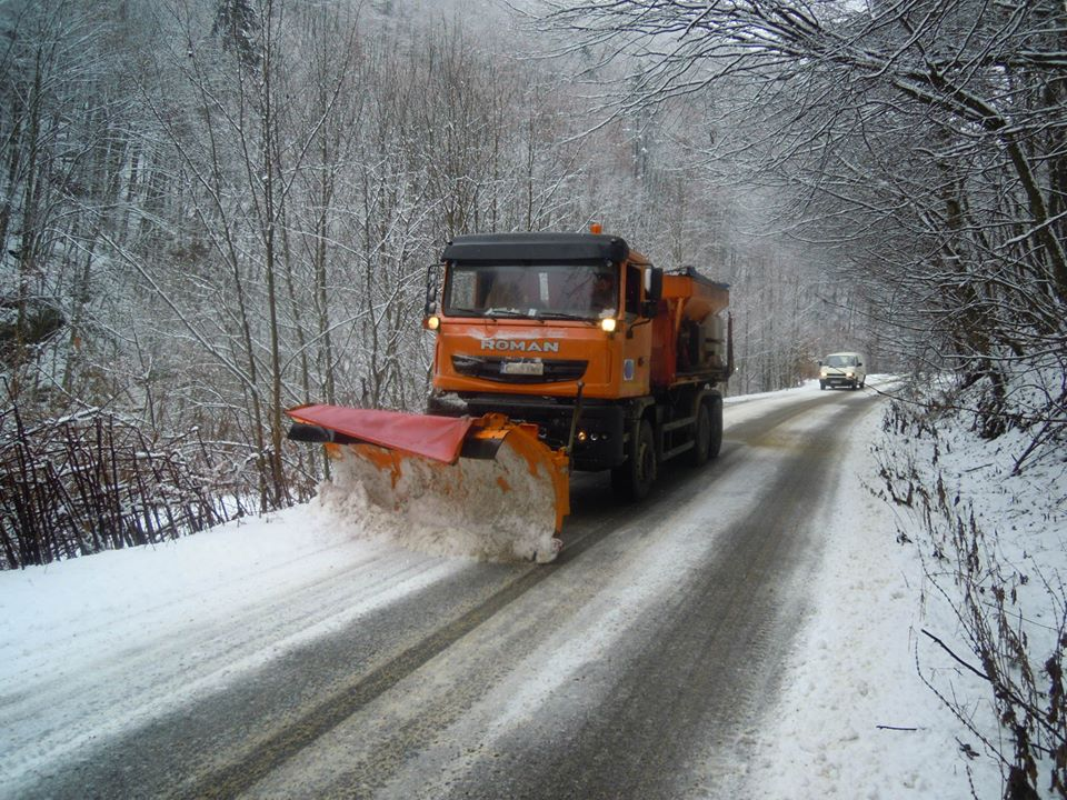 Fără drumuri județene închise sau blocate, dar se circulă în condiții de iarnă