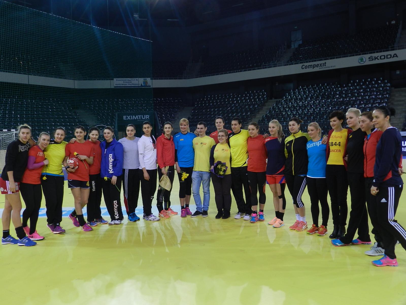 Echipa națională de handbal feminin a României, alături de voluntarii Little People România - 8 martie 2016