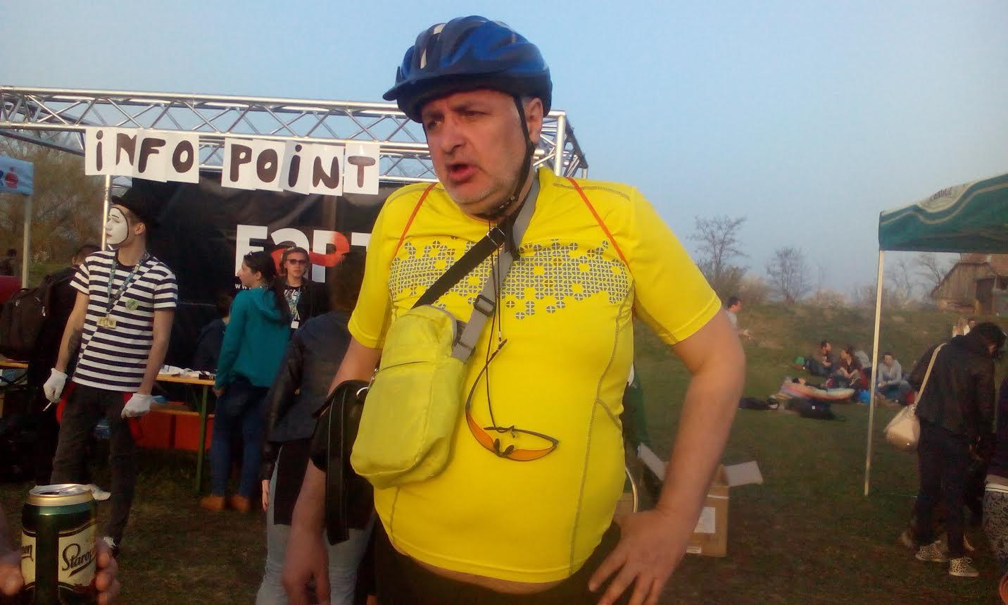 Un clujean a pedalat 83 de km de la Cluj pana in comuna mureşană Bogata pentru Jazz in the Park, fara un picior – FOTO-EXCLUSIV