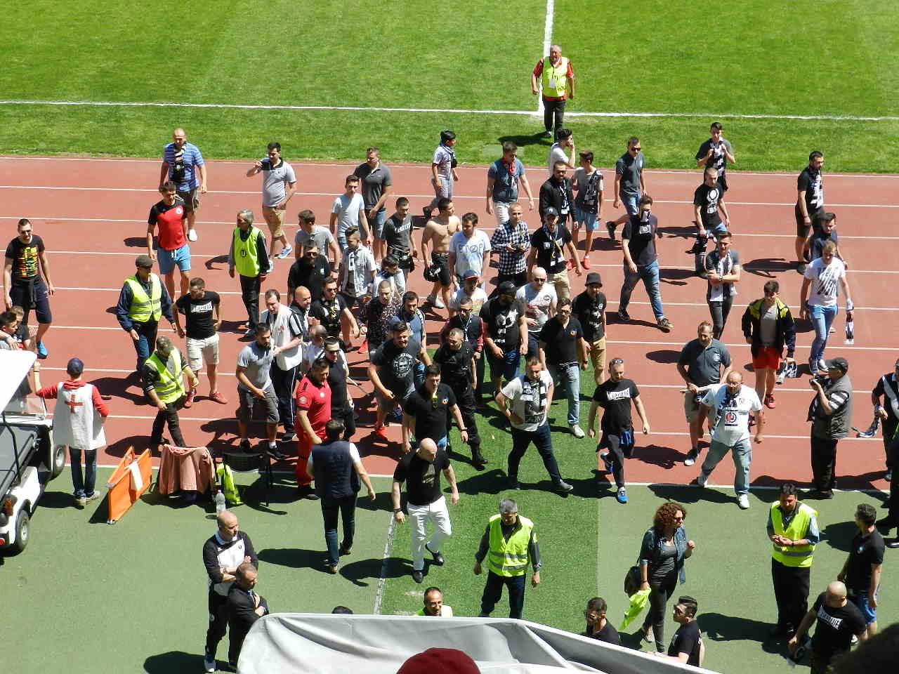 """Imagini șocante pe Cluj Arena după remiza lui """"U"""" Cluj cu Olimpia Satu Mare, scor 1-1! Fanii au pătruns pe teren pentru a le cere socoteală jucătorilor!"""