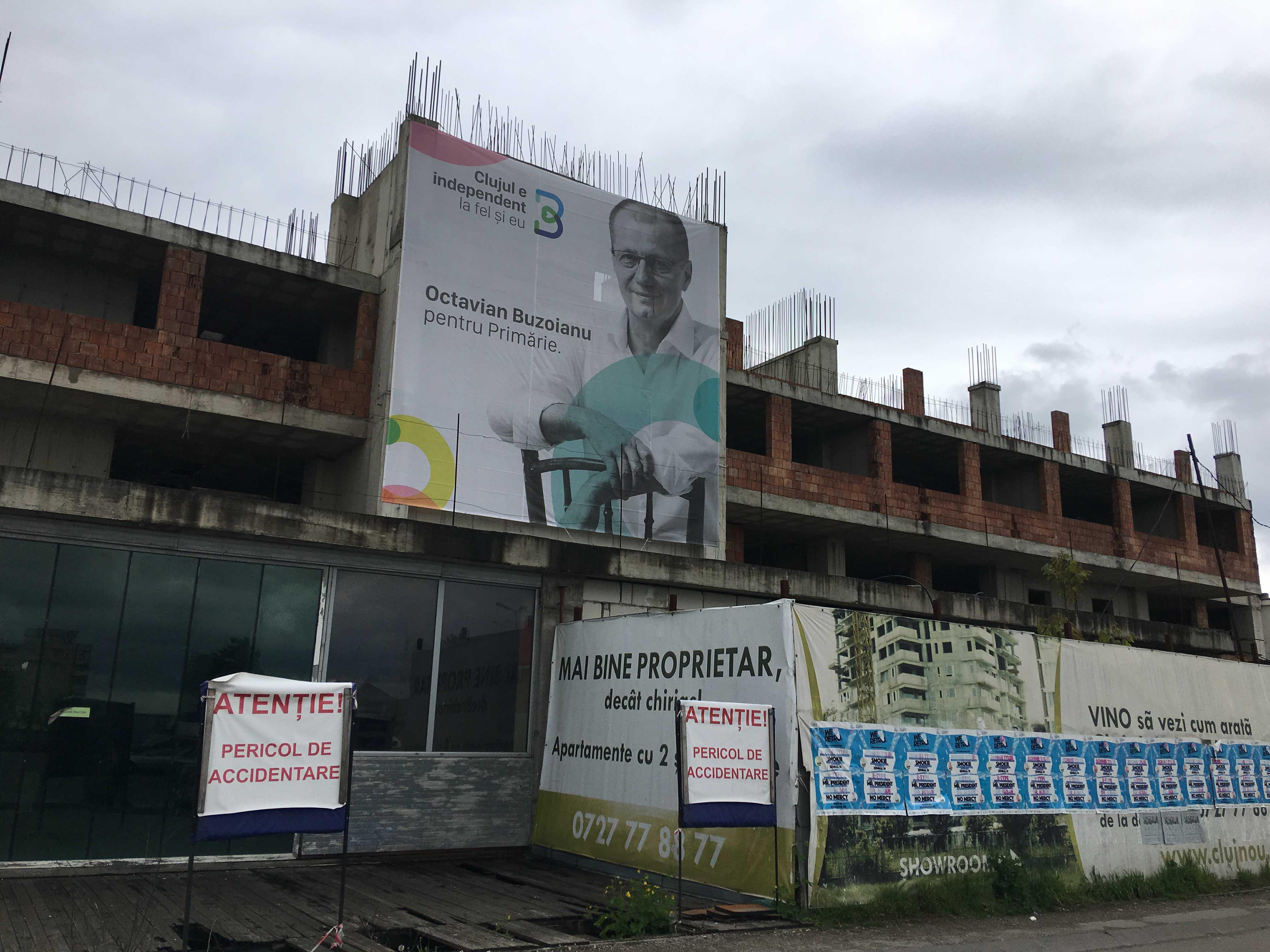 Octavian Buzoianu își face reclamă pe ruinele țepei imobiliare Tower din Mănăștur, în care sute de clujeni au fost înșelați de afaceristul Mihai Chezan