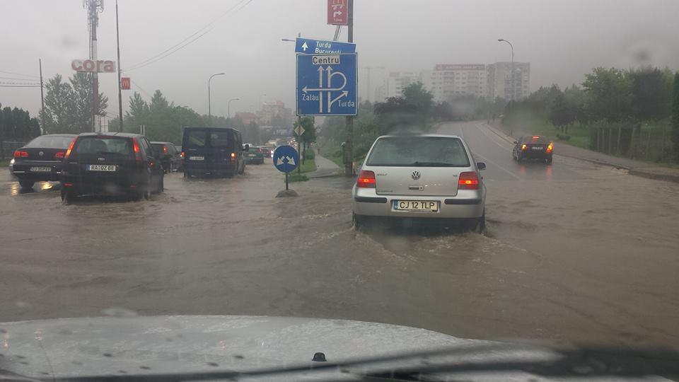 Calea Floresti, transformata in strada navigabila marti dimineata! Traficul a fost paralizat in totalitate