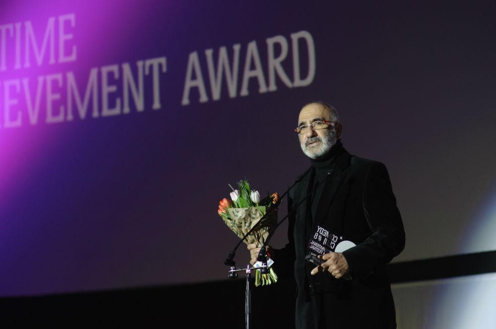 """Comedia spaniolă """"Noaptea în care mama l-a  ucis pe tata"""" ia cele mai importante premii la  Comedy Cluj 2016! Razvan Vasilescu, cu lacrimi in ochi, a fost distins cu Premiul de Excelenta pentru intreaga cariera!"""