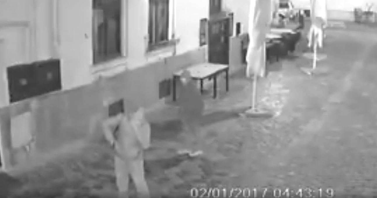 Mai e Clujul un oras sigur? Un tanar a fost atacat de trei indivizi in Piata Muzeului din Cluj-Napoca! VIDEO SOCANT