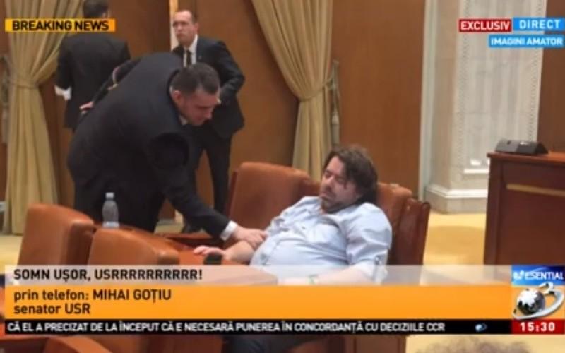 Senatorul USR Cluj Mihai Goțiu, surprins dormind în Parlament! Vezi reacția acestuia