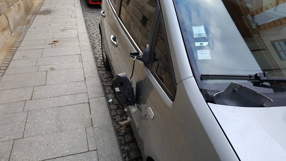 """Legea junglei pe strazile Clujului! Oglinzile masinilor parcate pe strada I.C. Bratianu au fost distruse de un individ necunoscut! """"Criminalistica"""" a intrat pe fir"""