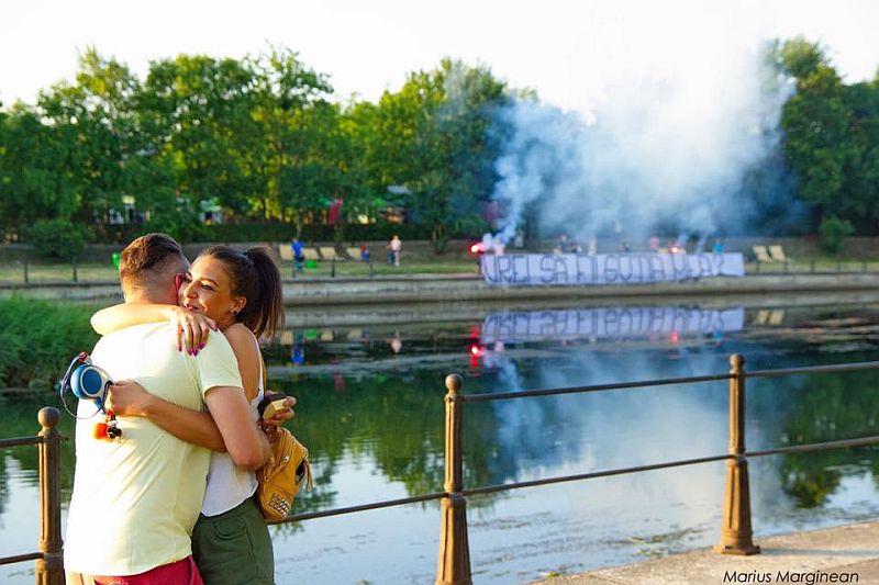Cerere in casatorie inedita a unui suporter al Universitatii Cluj, pe malul Somesului, cu tortele colegilor din peluza in fundal! – FOTO