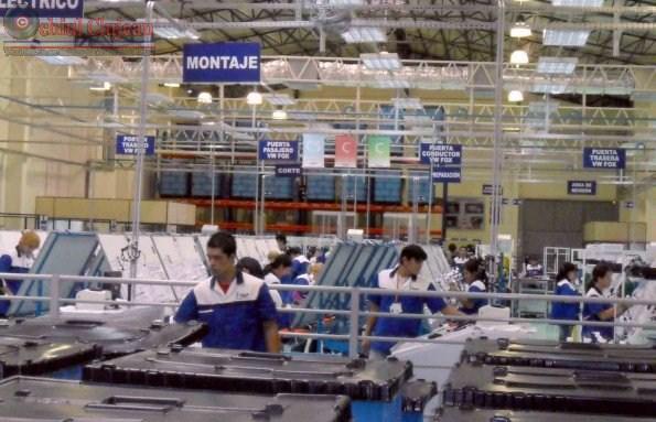 300 de străni, prinsi muncind ilegal pentru Fujikura Automotive Dej