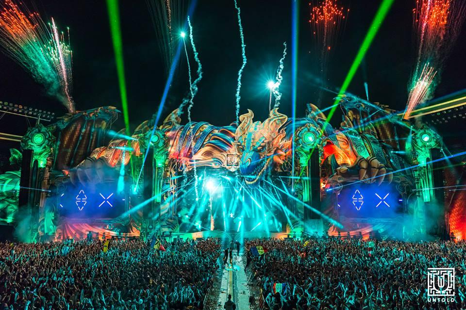 Peste 76.000 de participanți au venit în prima zi la UNTOLD 2017! Un DJ a mixat în tricoul Universității Cluj!