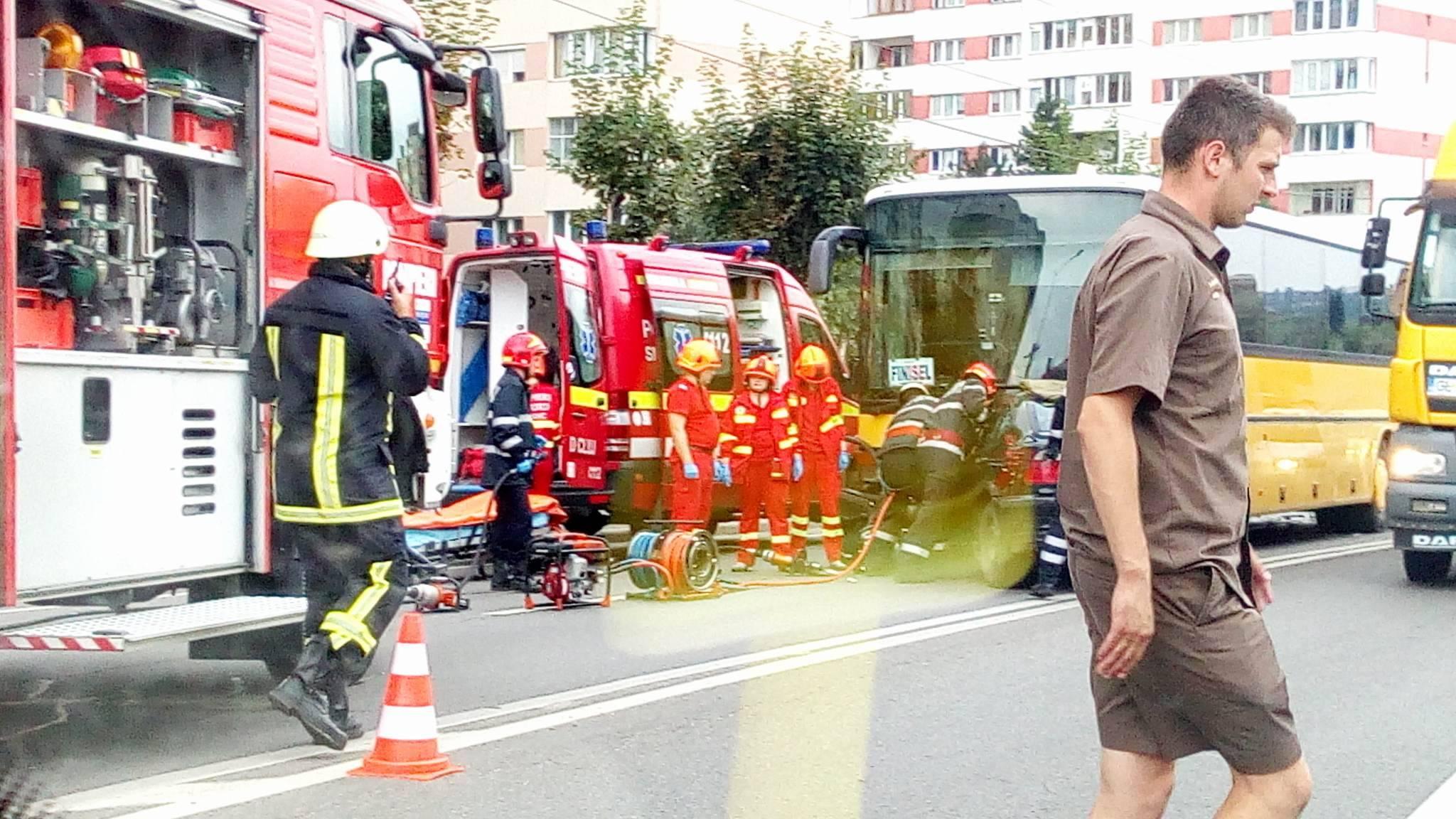 Un BMW a intrat pe contrasens și a lovit frontal un autocar în zona Travio din Grigorescu – FOTO