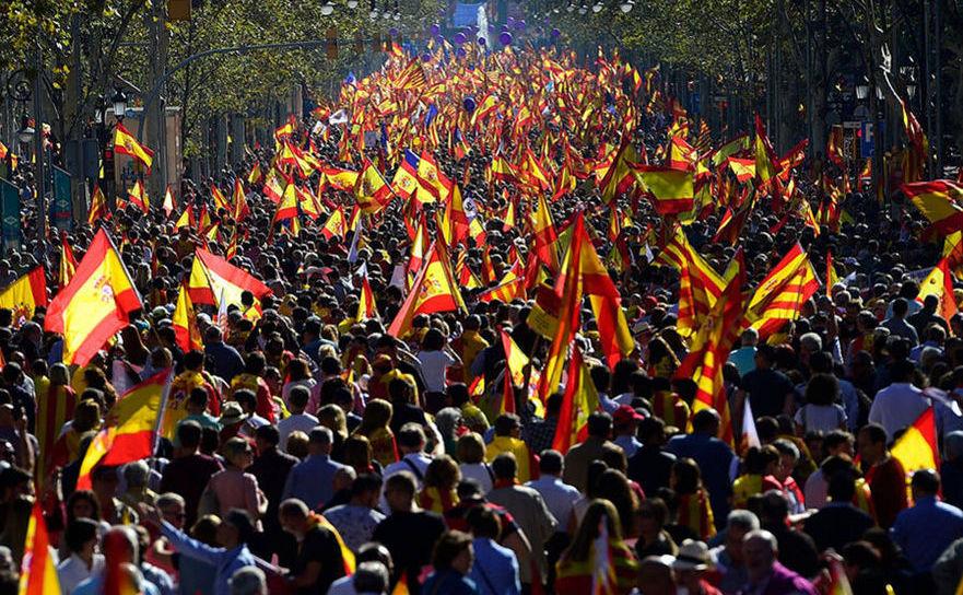 Sute de mii de persoane mărşăluiesc în Barcelona împotriva separării de Spania