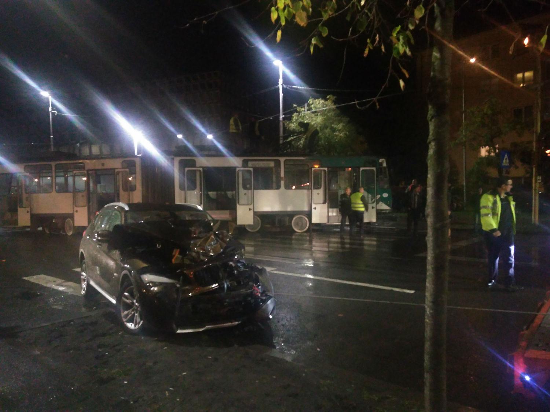 Un tramvai a deraiat după ce a fost lovit în plin de un BMW lângă Polivalentă! VIDEO-EXCLUSIV