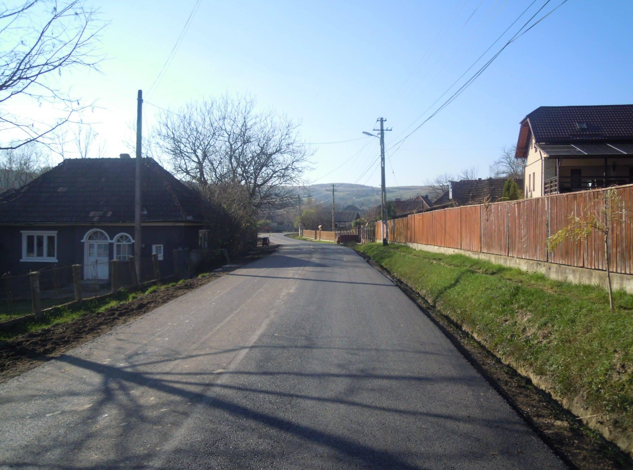 Au fost finalizate lucrările de întreținere pe drumul județean 150 Mociu – Chesău