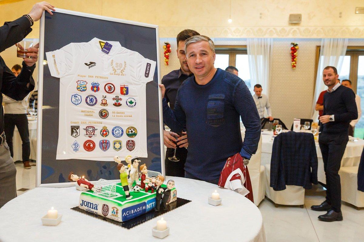 Dan Petrescu a împlinit astăzi 50 ani şi a primit două tricouri personalizate din partea conducerii şi jucătorilor CFR-ului