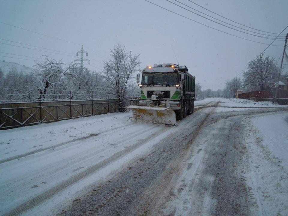 760 de tone de material antiderapant folosite pe drumurile judetului Cluj pentru combaterea poleiului și a ghețușului