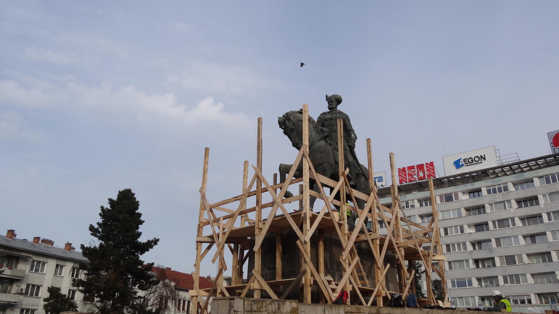 În sfârşit: Statuia lui Mihai Viteazul a intrat în reparaţii! Lucrările ar urma să fie gata în toamna acestui an