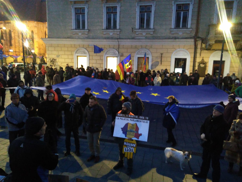 Gerul nu i-a speriat – Sute de clujeni au ieşit în stradă să-i ceară demisia ministrului Justiţiei, Tudorel Toader! Steagul UE a ajuns de la Bruxelles la Cluj – FOTO/VIDEO