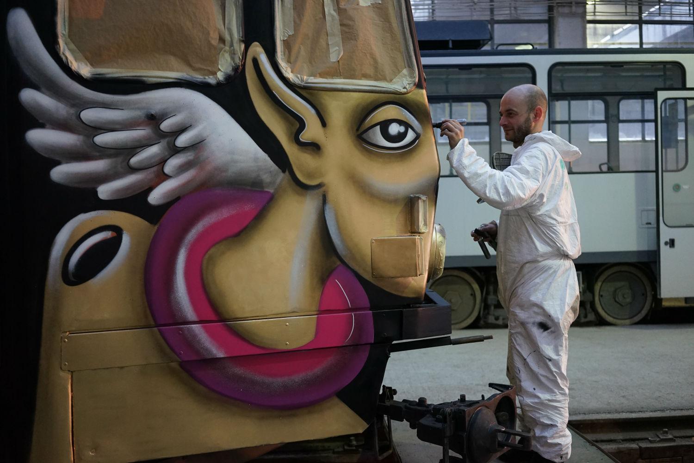 Primăvara aduce culoare la Cluj prin Fondul Jazz in the Park: un tramvai pictat cu sprijinul comunității