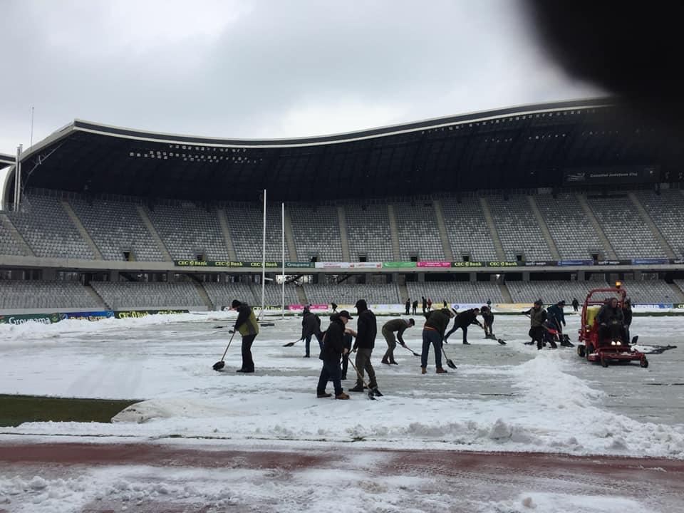"""Fanii lui """"U"""" Cluj au ajutat la deszăpezirea gazonului de pe Cluj Arena înaintea meciului de rugby România – Rusia!"""