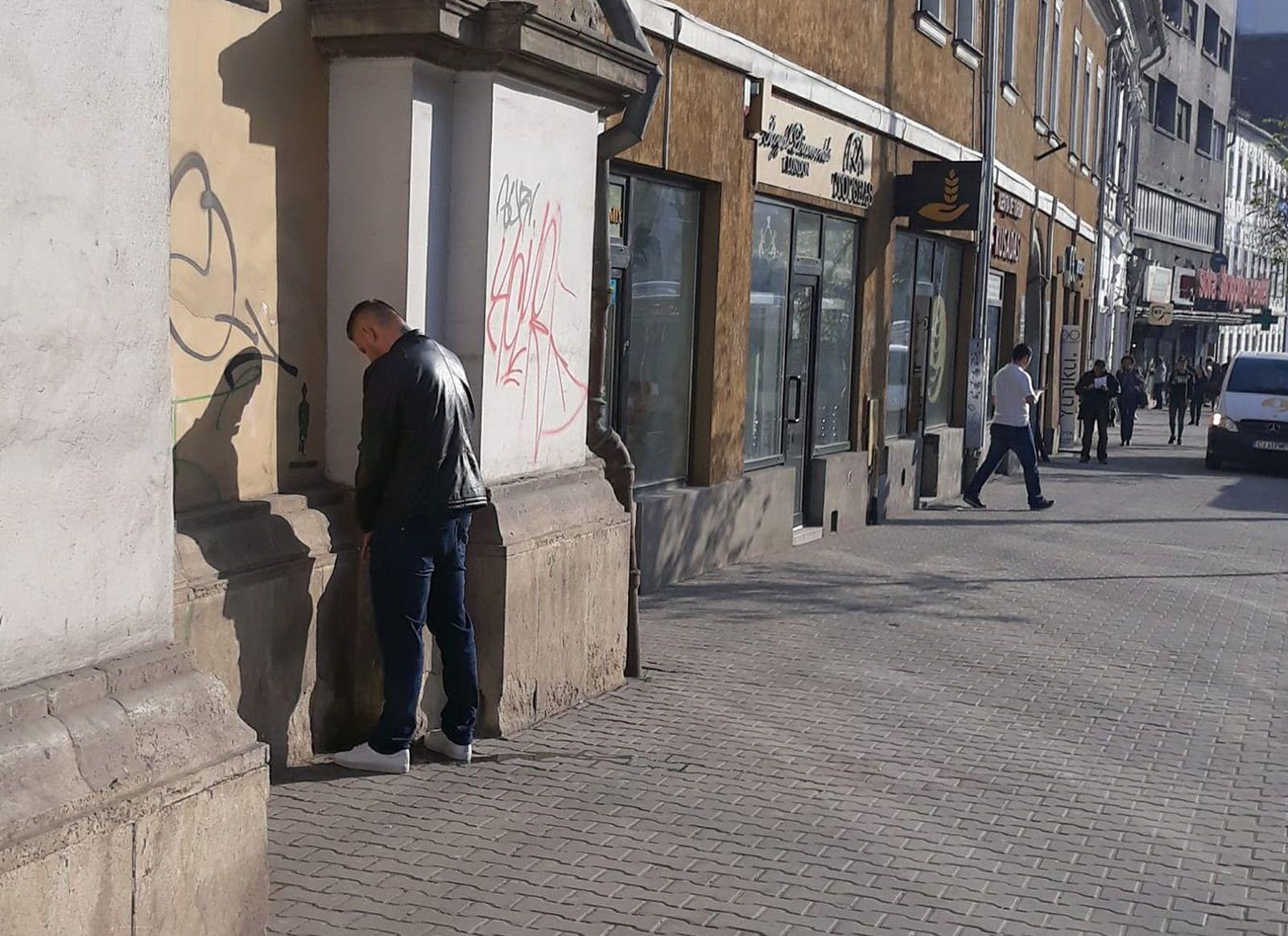 Nesimţire à la Cluj – Un bărbat a fost surprins urinând, ziua în amiaza mare, pe zidul Bisericii Evanghelice de lângă Sora!