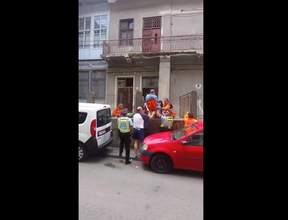 Un comerciant nesimţit de la Zilele Clujului a blocat poarta de intrare în curtea unui imobil, iar medicii de pe ambulanţă au fost nevoiţi să scoată un pacient peste gard!