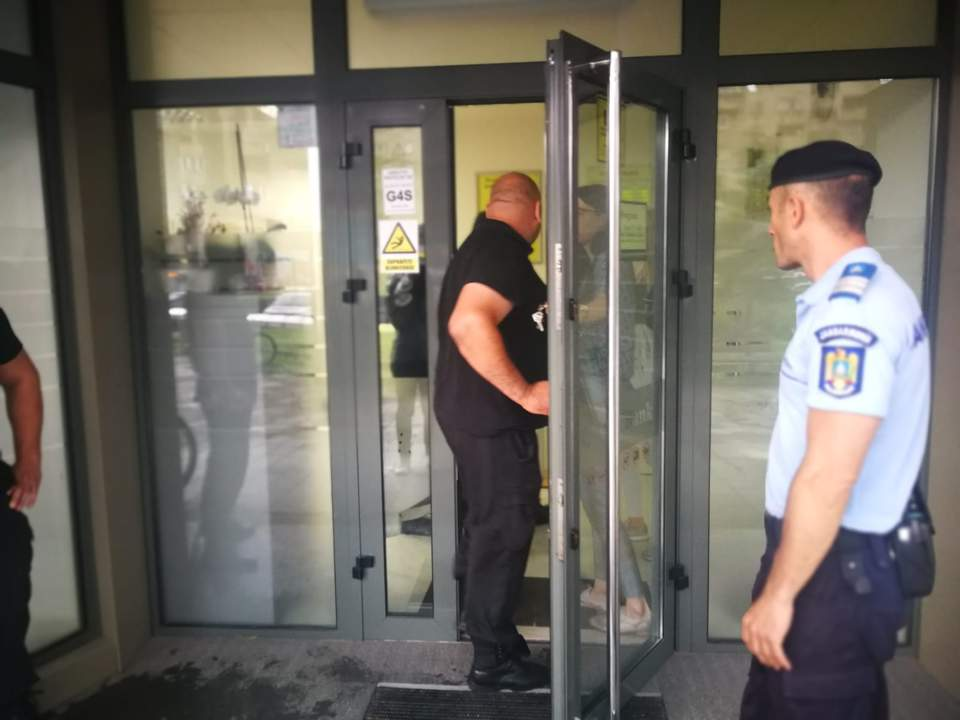 Tentativă de jaf esuat la CEC Bank Mărăști – Un bărbat a intrat înarmat cu un pistol, a cerut bani, dar a fost refuzat și a fugit!