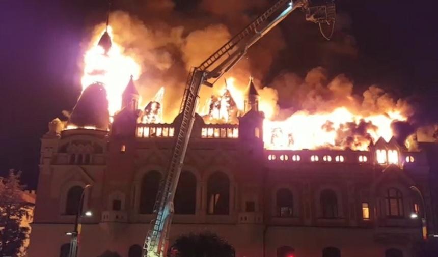 Un incendiu de proporţii a izbucnit la Palatul Episcopiei Greco-Catolice din Oradea. Focul a afectat peste 1.300 de metri pătraţi, iar un turn s-a prăbuşit. După câteva ore, incendiul a fost lichidat. VIDEO