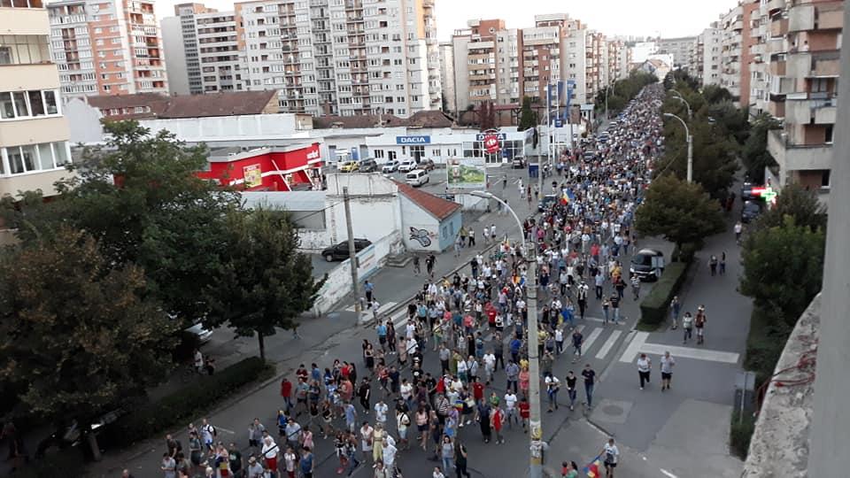 Peste 30.000 de clujeni au ieşit în stradă vineri seara în semn de solidaritate cu mitingul Diasporei de la Bucureşti – FOTO/VIDEO