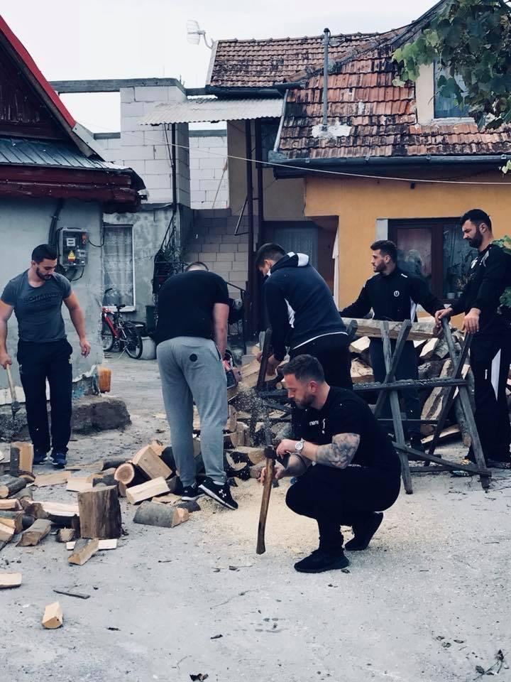Gest impresionant făcut de rugbyiștii clujeni – Au adus și tăiat lemne pentru patru copii sărmani din Gilău!