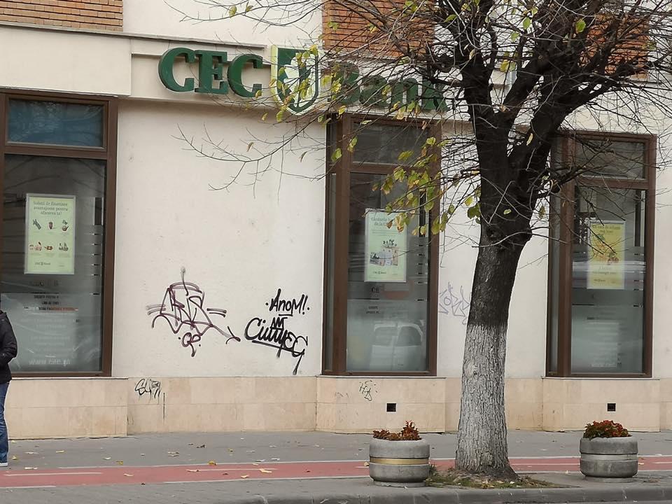 Clujenii pasionaţi de grafitti care murdăresc clădirile şi statuile din oraş, ameninţaţi cu amenzi drastice! Un tânăr a încasat deja o amendă!