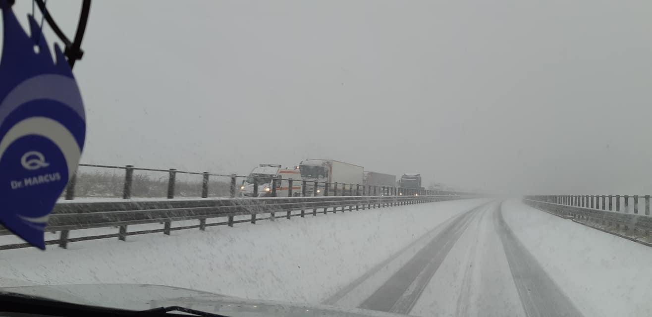Iarna a venit la Cluj – Autostrada Transilvania, acoperită de zăpadă, trafic îngreunat, iar autorităţile luate prin surprindere! FOTO