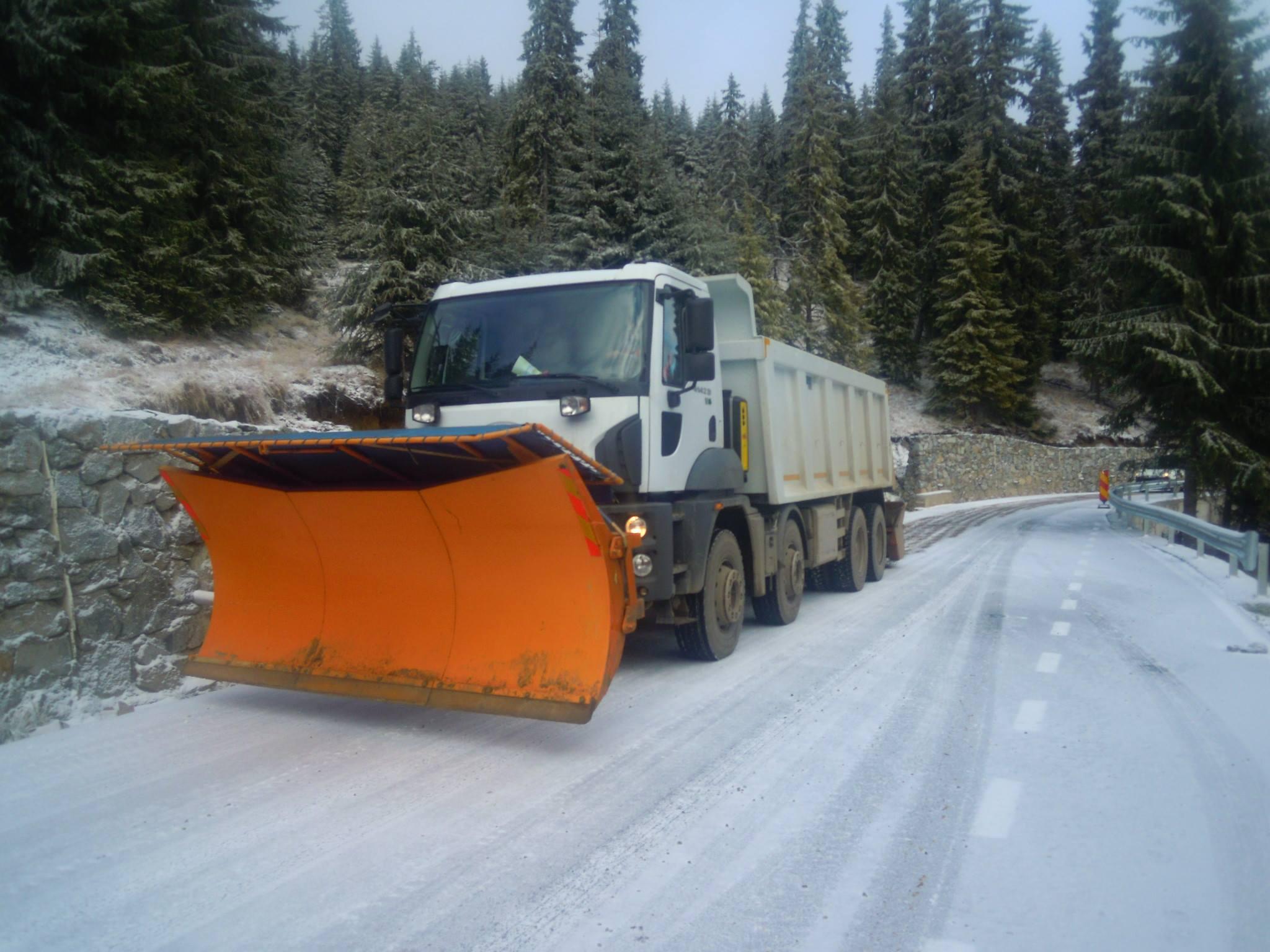 194 de tone de material antiderapant folosite pentru combaterea poleiului de pe drumurile județene din Cluj