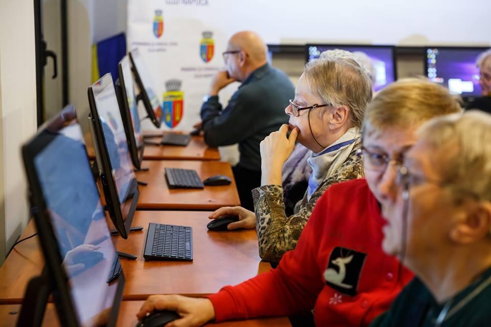 """Curs gratuit pentru pensionari de utilizarea calculatorului și internetului, la Biblioteca Județeană """"Octavian Goga"""""""