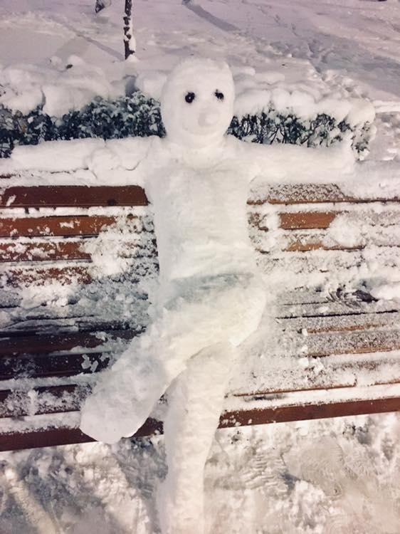 FOTOGRAFIA ZILEI – Omul de zăpadă stând pe bancă în Parcul Central!
