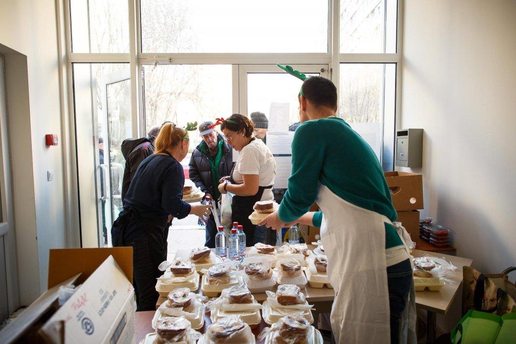 """Jos pălăria! Lanţul internaţional SUBWAY s-a alăturat proiectului """"O masă caldă"""" şi a donat sute de sandwich-uri pentru persoanelor nevoiaşe din Cluj şi Bucureşti!"""