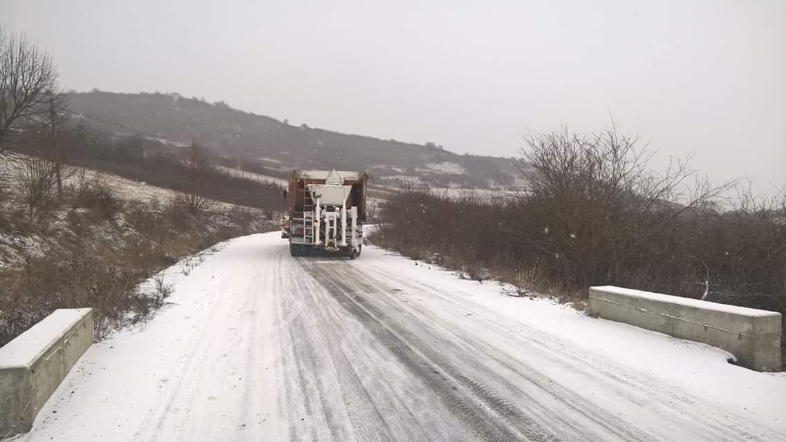 Peste 640 de tone de material antiderapant folosite în intervențiile pe drumurile județene din Cluj