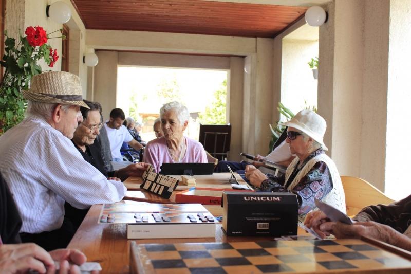 """Vela: """"Avem în analiză o relaxare a programului pentru persoanele de peste 65 de ani"""""""
