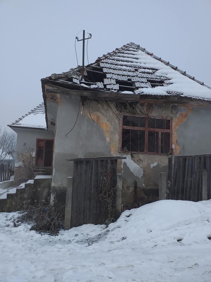 Căminul cultural al satului clujean Agriş din comuna Iara arată ca după bombardamente şi stă să cadă! FOTO