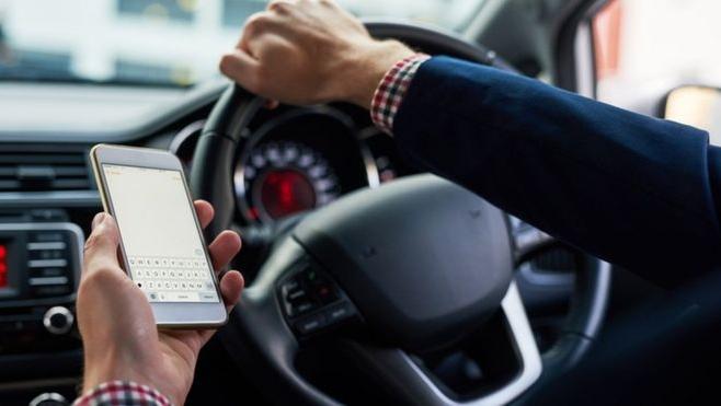 Dacă ești prins la volan cu telefonul sau tableta în mână riști să te alegi cu permisul suspendat!