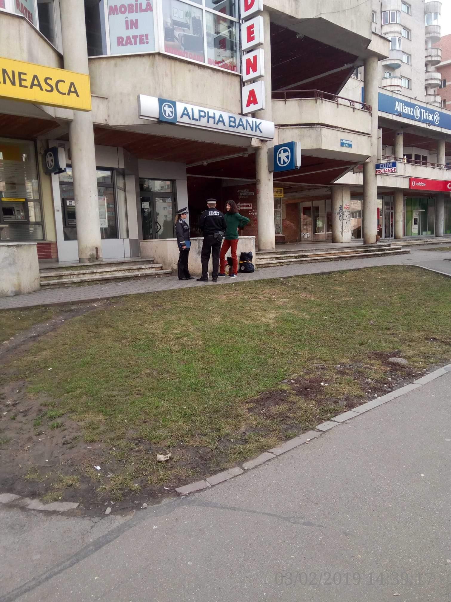 Polițiștii locali clujeni se fac că nu îi văd pe cerșetorii și drogații din zona Minerva, dar se leagă de un artist stradal! FOTO