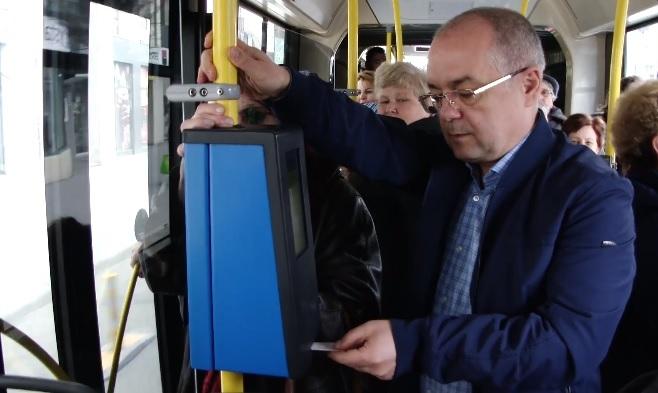 Primarul Emil Boc îi îndeamnă pe clujeni să folosească mai mult transportul în comun