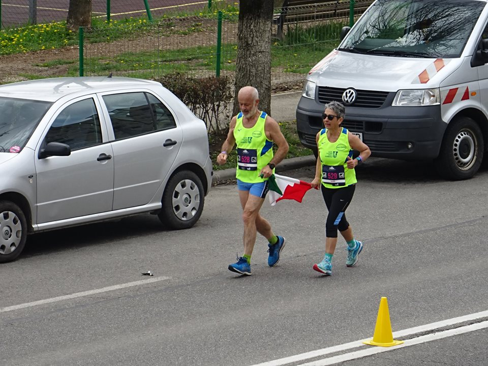 FOTOGRAFIA ZILEI de la Maratonul Internațional! Au alergat cot la cot cu steagul Italiei pe străzile Clujului!